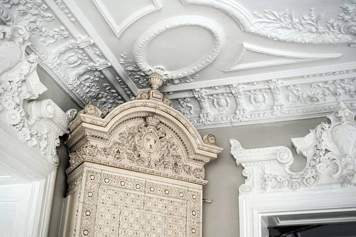 камин в квартире с красивым изразцовым фасадом