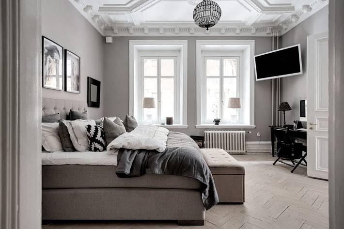 серые стены и серый диван в дизайне гостиной в Швеции