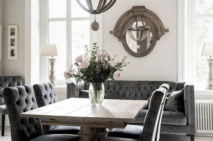 мягкие серые стулья с диваном в столовой команте фото