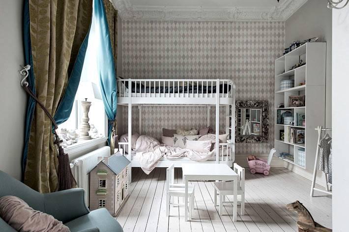 детская комната в пастельных оттенках с синей шторой