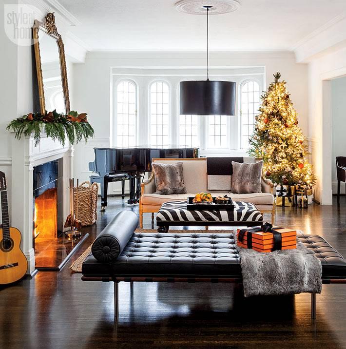 нарядный праздничный интерьер комнаты с роялем