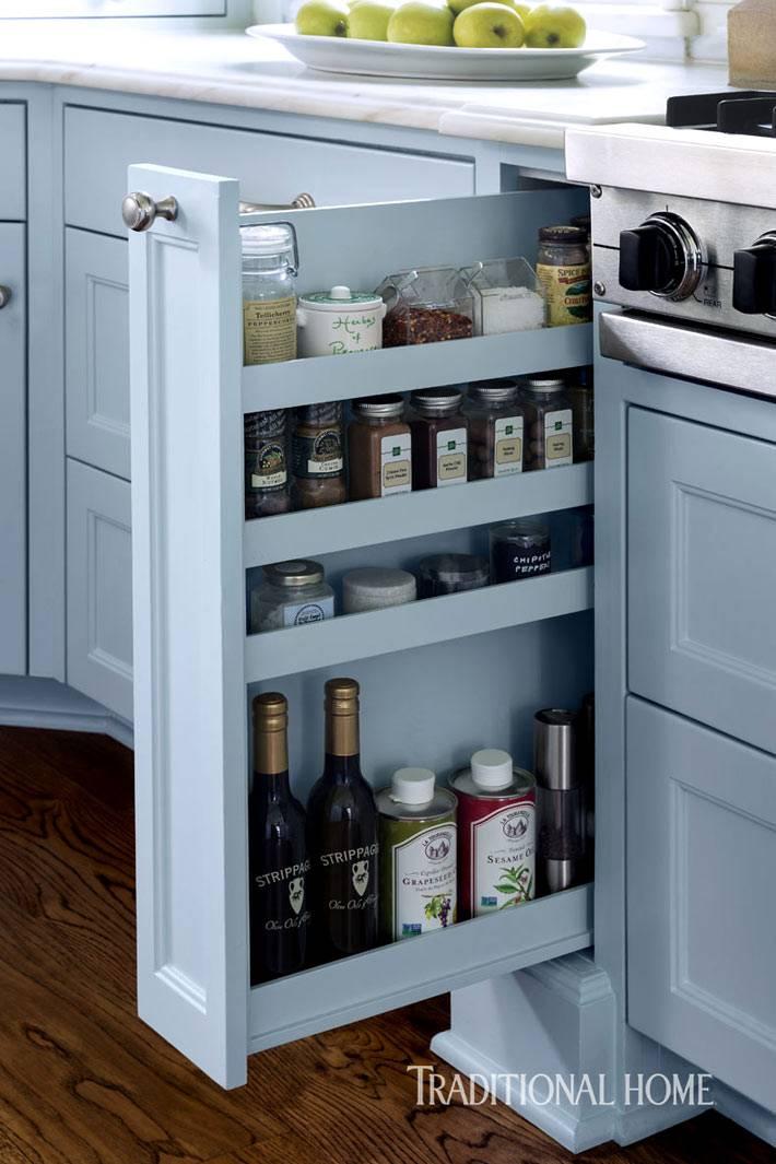 контраст коричневого деревянного пола и голубой мебели на кухне фото