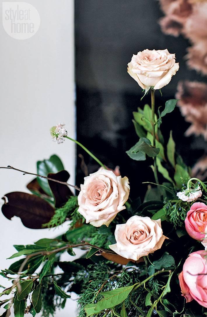 розы в новогоднем украшении дома фото