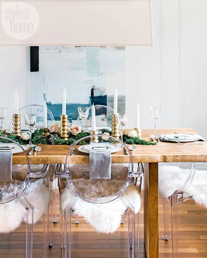 еловые ветки и свечи на праздничном новогоднем столе фото