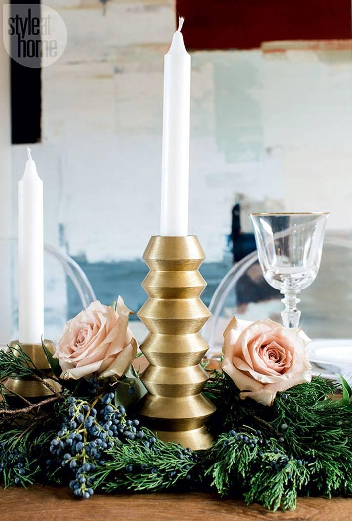 композиция из цветов, еловых веток и золотых подсвечников на столе