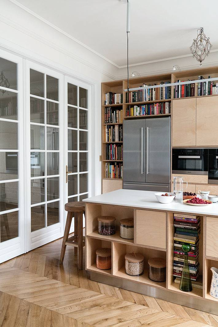 белые распашные двери из стекла с окошками в кухне фото