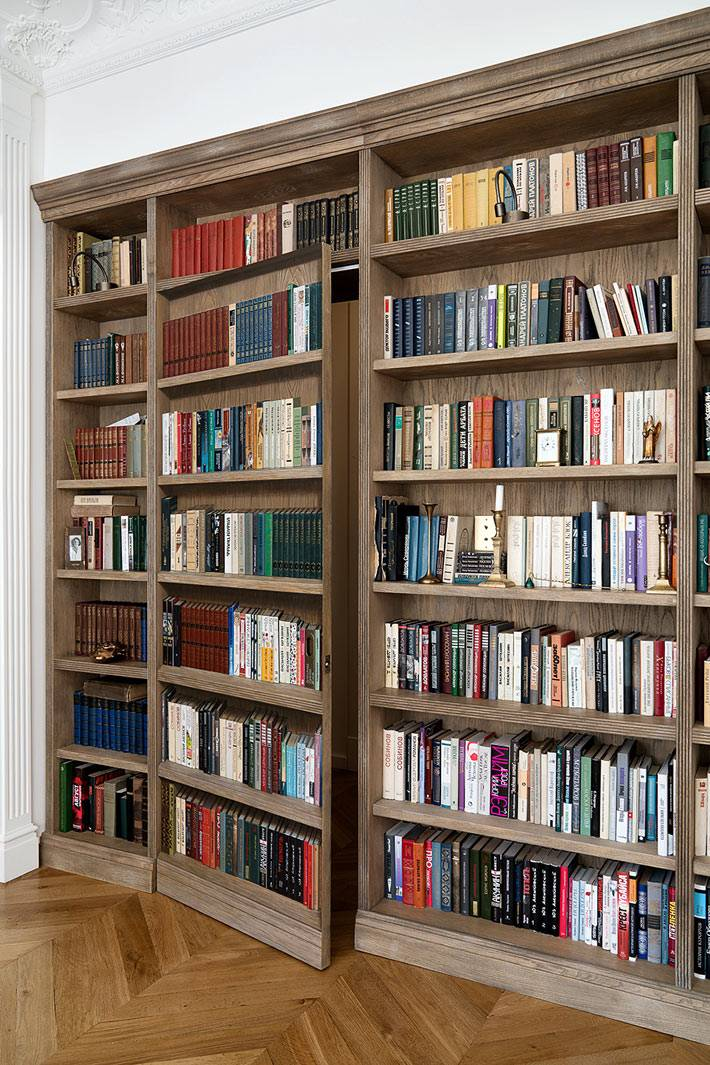 книжный стеллаж с секретной потайной дверью в спальню