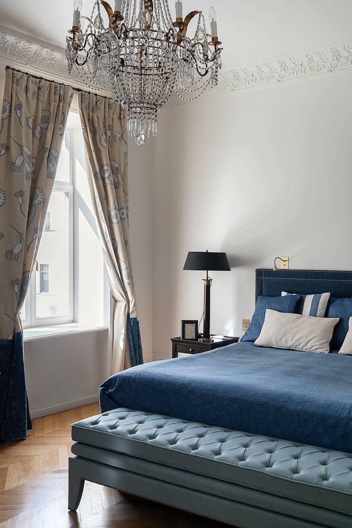 синяя кровать с банкеткой в интерьере французской спальни