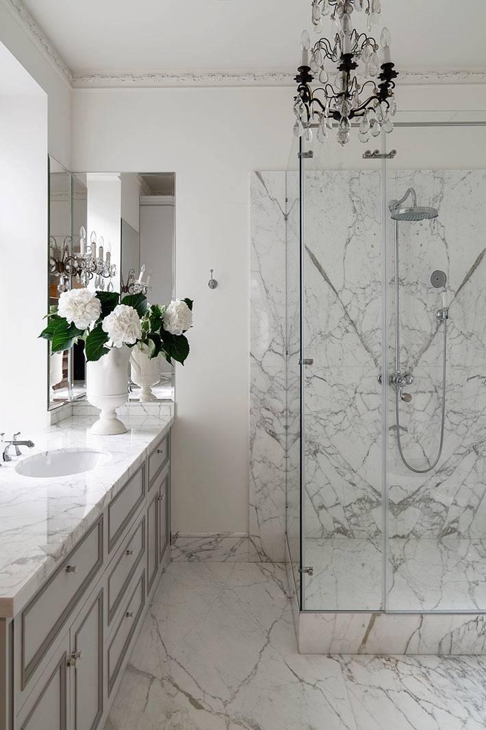 мрамор на полу и стенах в отделке ванной комнаты фото