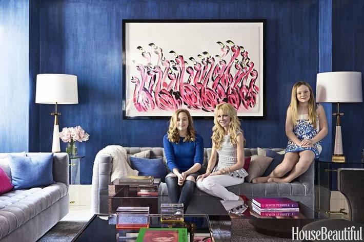 картина с розовыми фламинго насиней стене гостиной комнаты