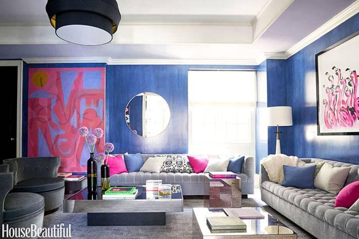 розовые картины на синих стенах в интерьере квартиры в нью-йорке