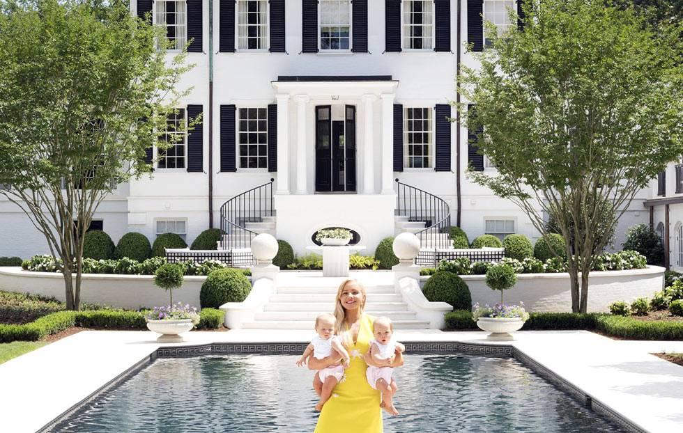 большой красивый особняк с белым фасадом и бассейном