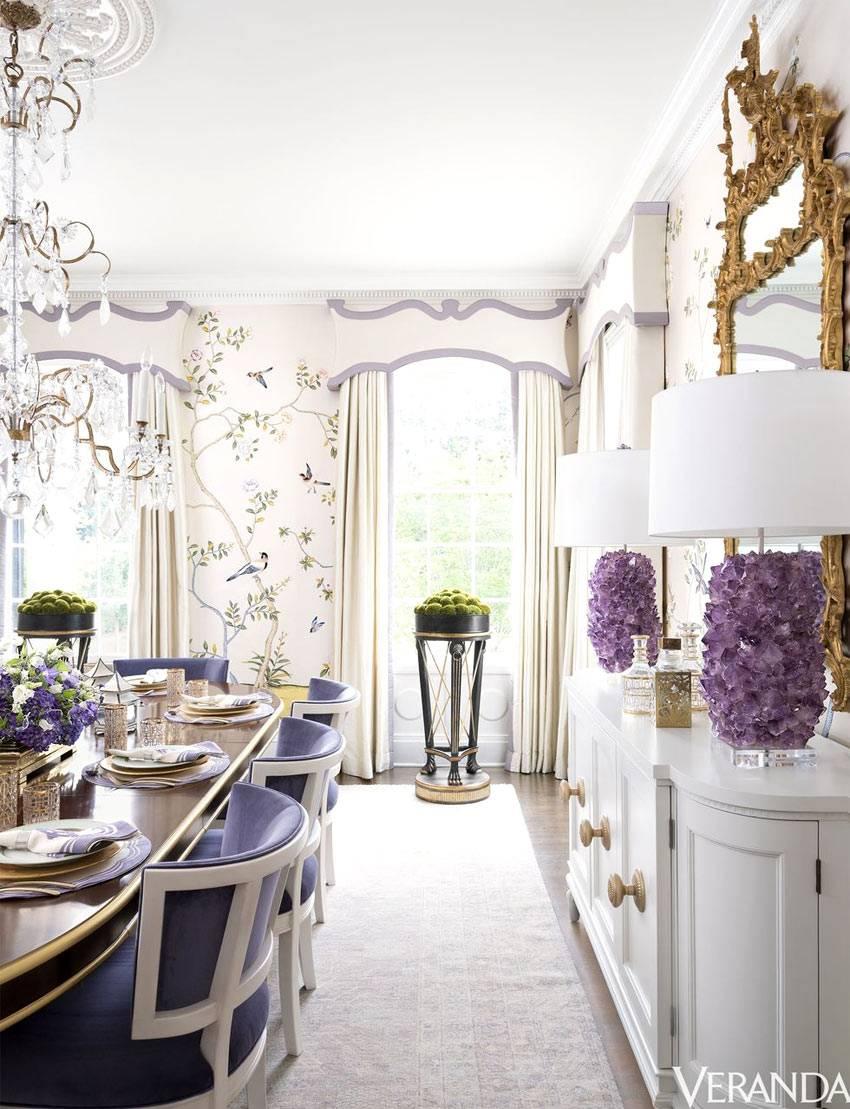 роскошный обеденный зал красивыми обоями и хрустальной люстрой
