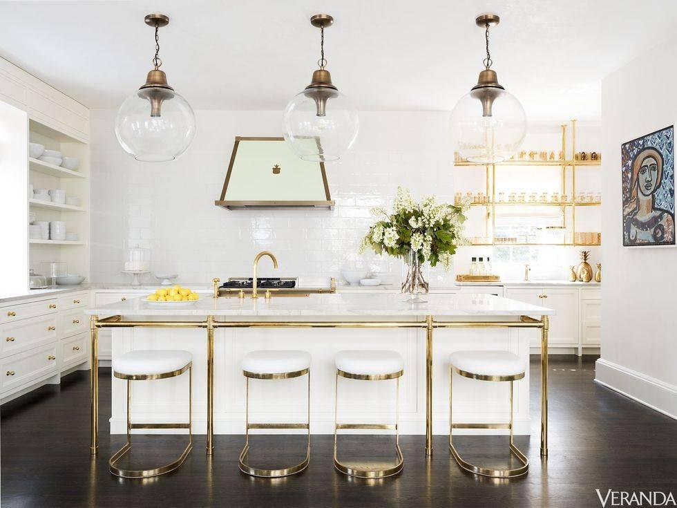 белая мебель на кухне с использованием золотого цвета в дизайне
