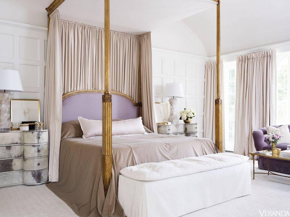роскошная кровать с балдахином в красивом интерьере спальни фото