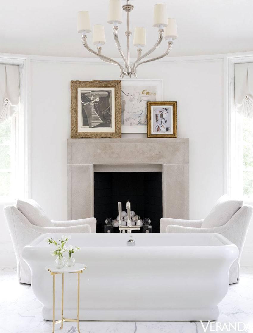 камин и кресла в белой ванной комнате фото