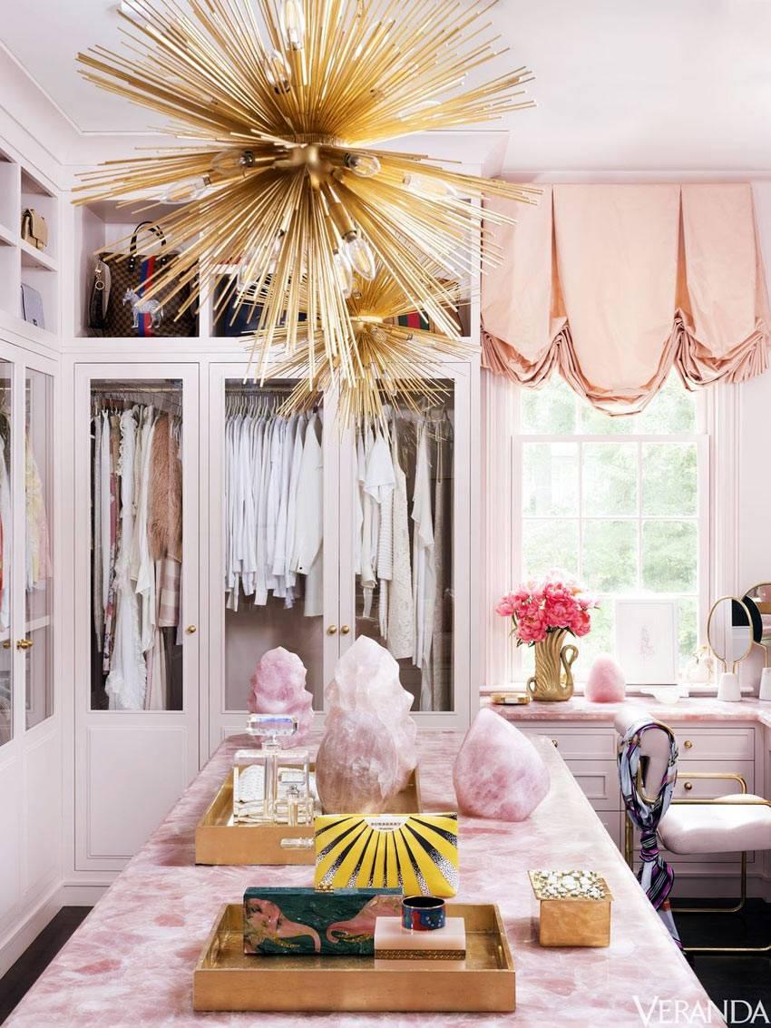 дорогая столешница из розового кварца в интерьере гардеробной комнаты