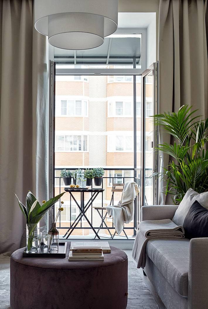 маленький балкон как место для отдыха в городской квартире