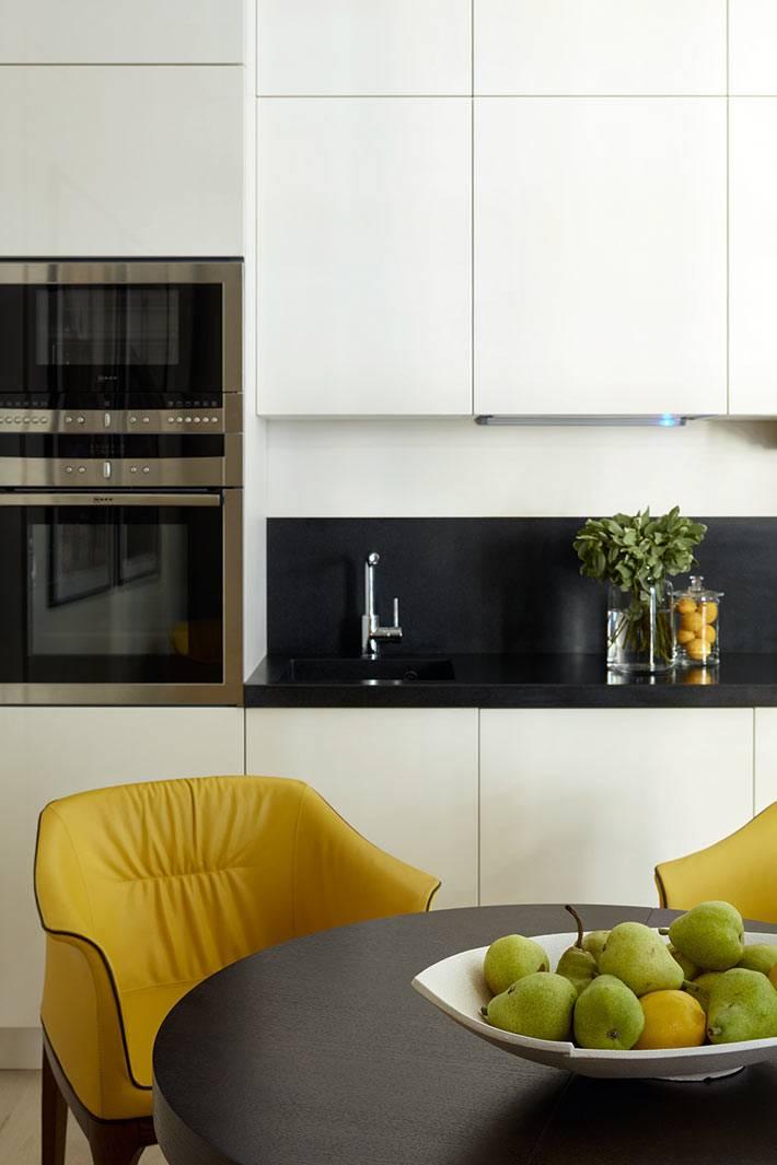 белые глянцевые кухонные фасады и черный кухонный фартук