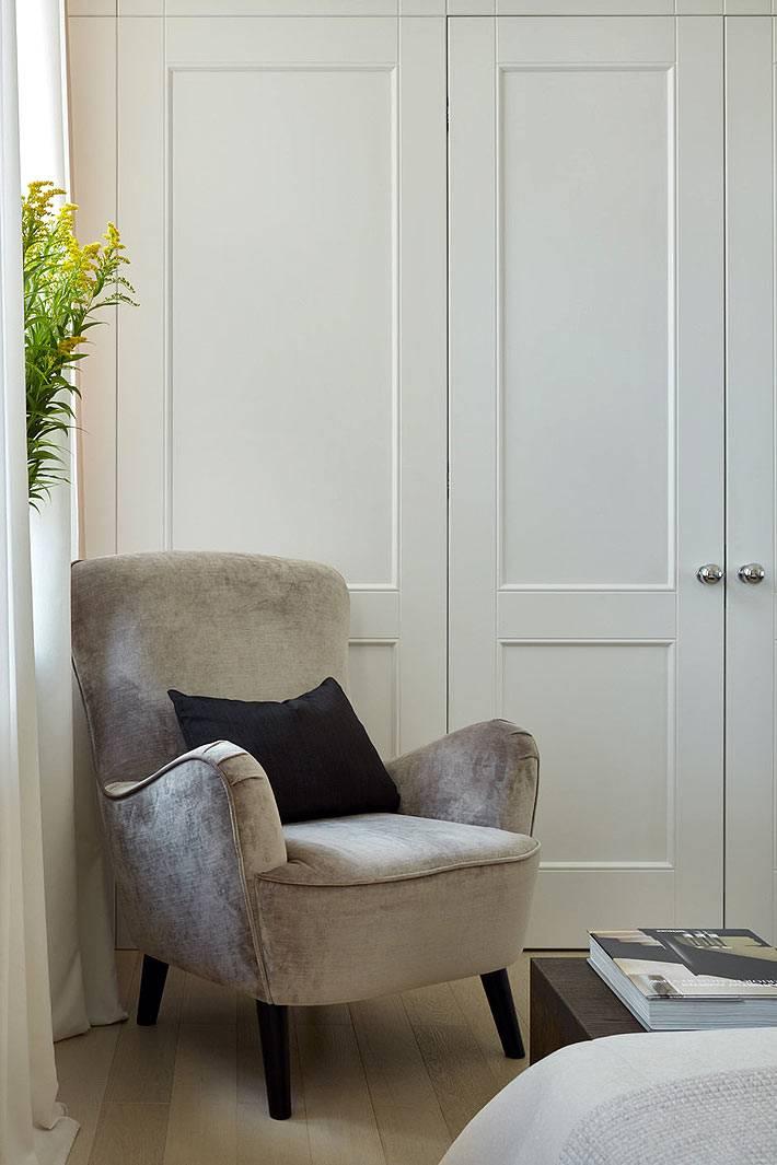 красивое кресло возле окна в интерьере спальни фото