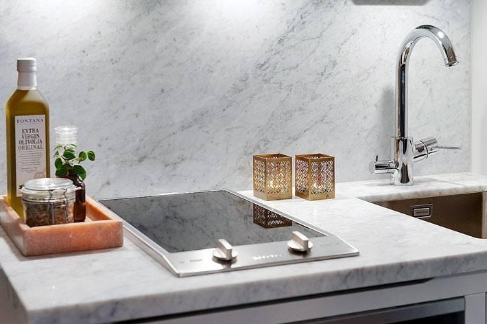 белый мрамор на кухонной зоне в квартире фото