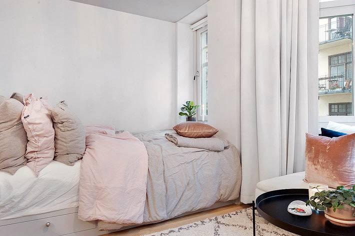 спальная кровать с ящиками спрятана за шторой фото