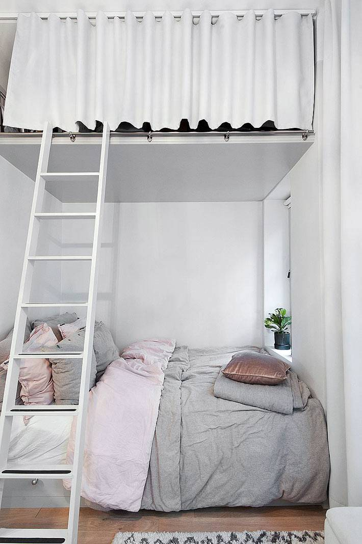 хранение вещей на втором уровне над спальной зоной
