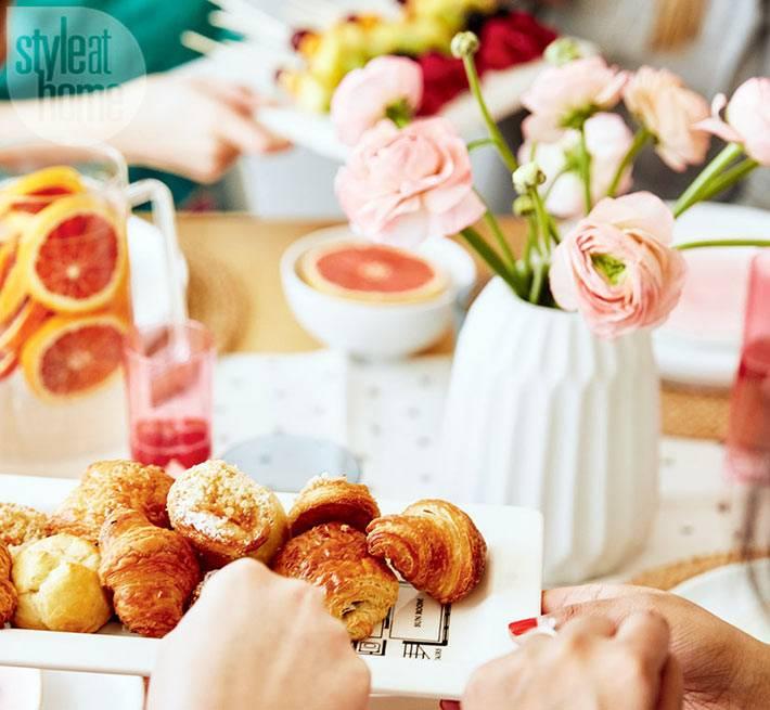 красивый новогодний стол со сладостями и фруктами фото