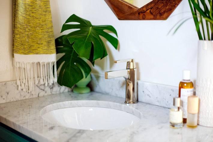 мраморная столешница в ванной и латунные краны