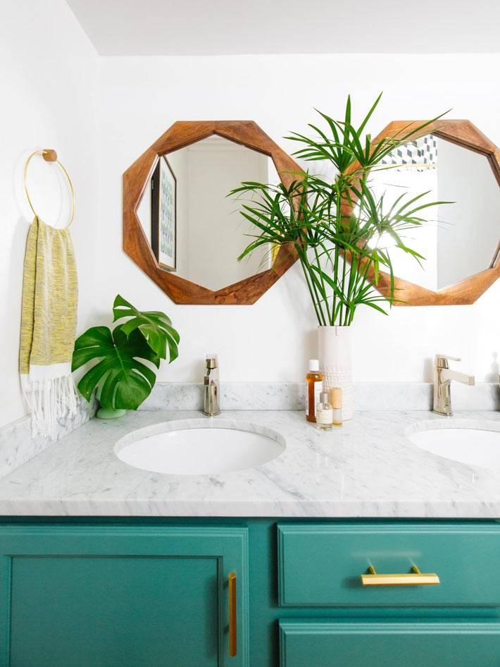 бирюзовая мебель и круглые зеркала в ванной комнате