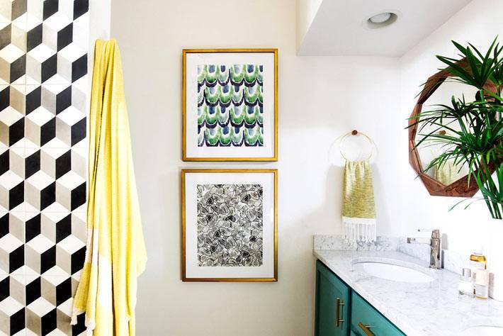 картины с узорами в пестром интерьере ванной фото