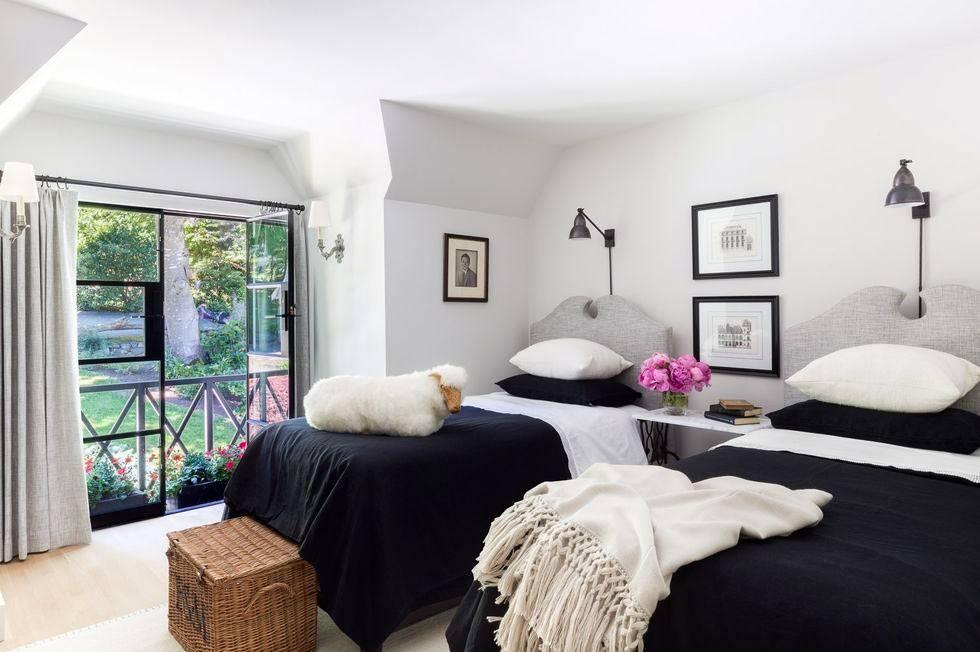 серые кровати в белом интерьере детской спальни фото