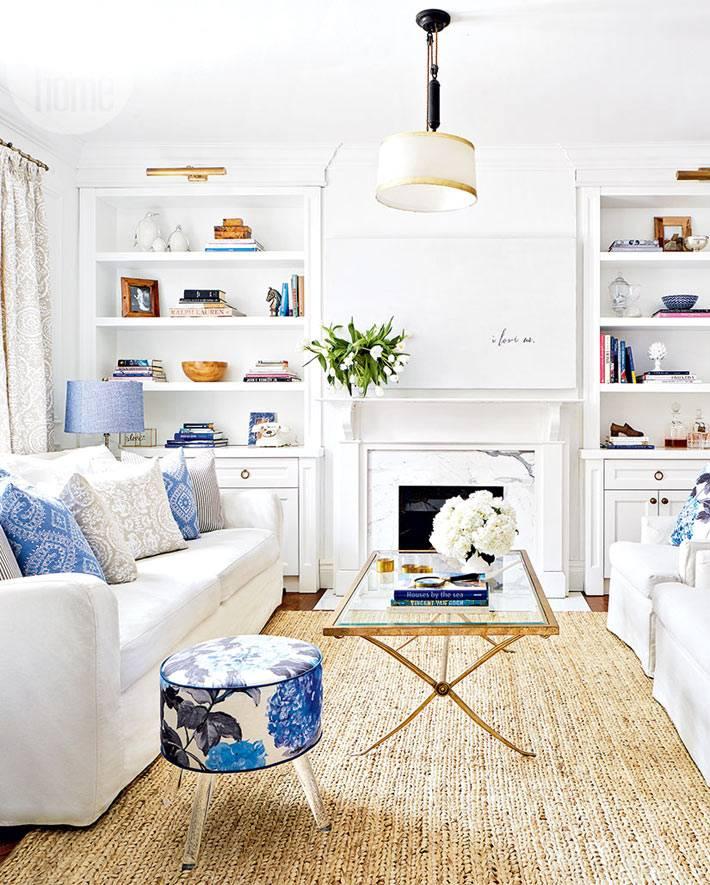 интерьер гостиной с белой мебелью и циновкой на полу