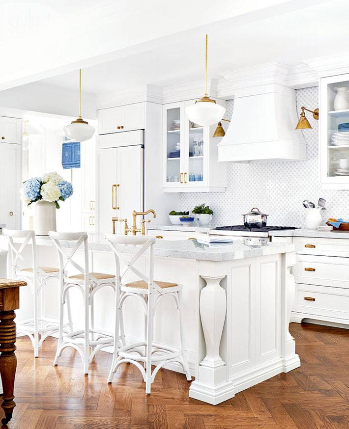 белый цвет кухонной мебели и золотые детали в интерьере кухни