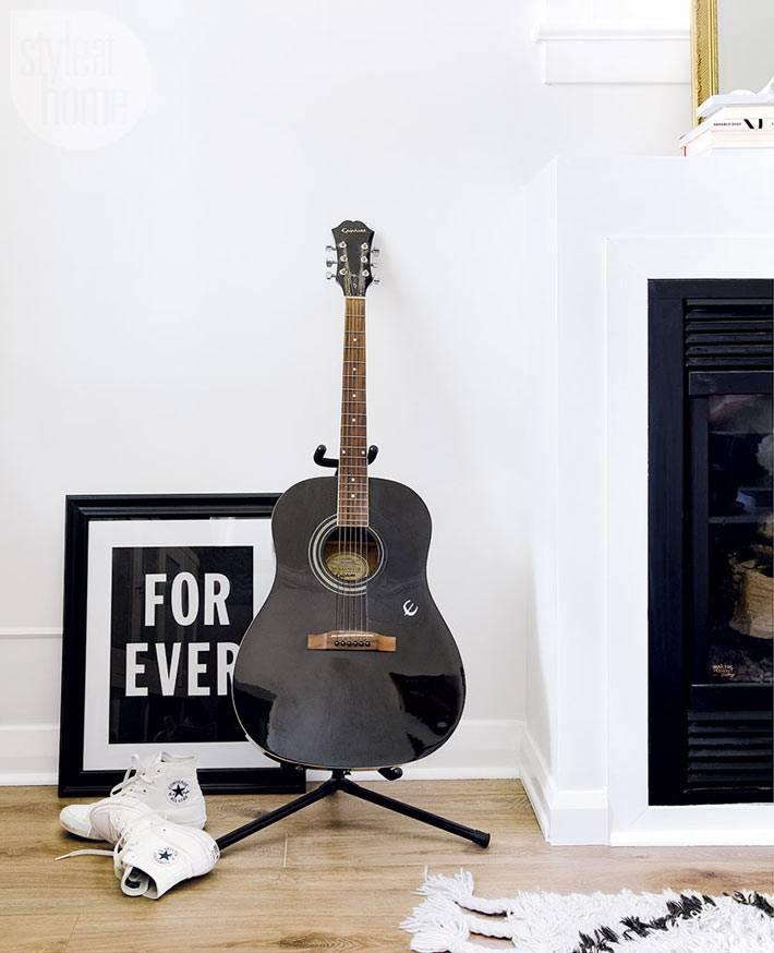 интерьер белого цвета с черными элементами декора фото