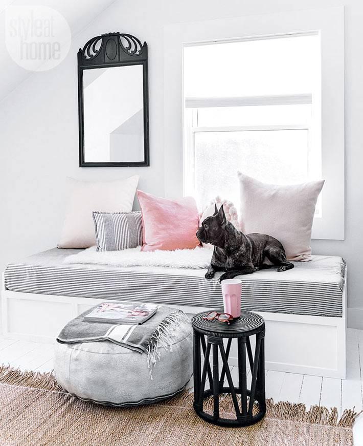 матрасик и подушки на скамье у окна фото