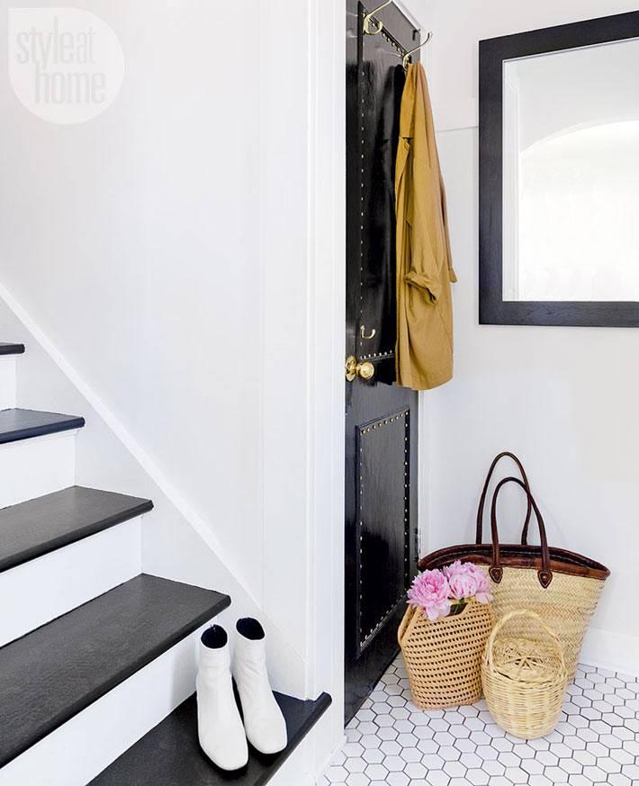 черная дверь и черные ступени в белом доме