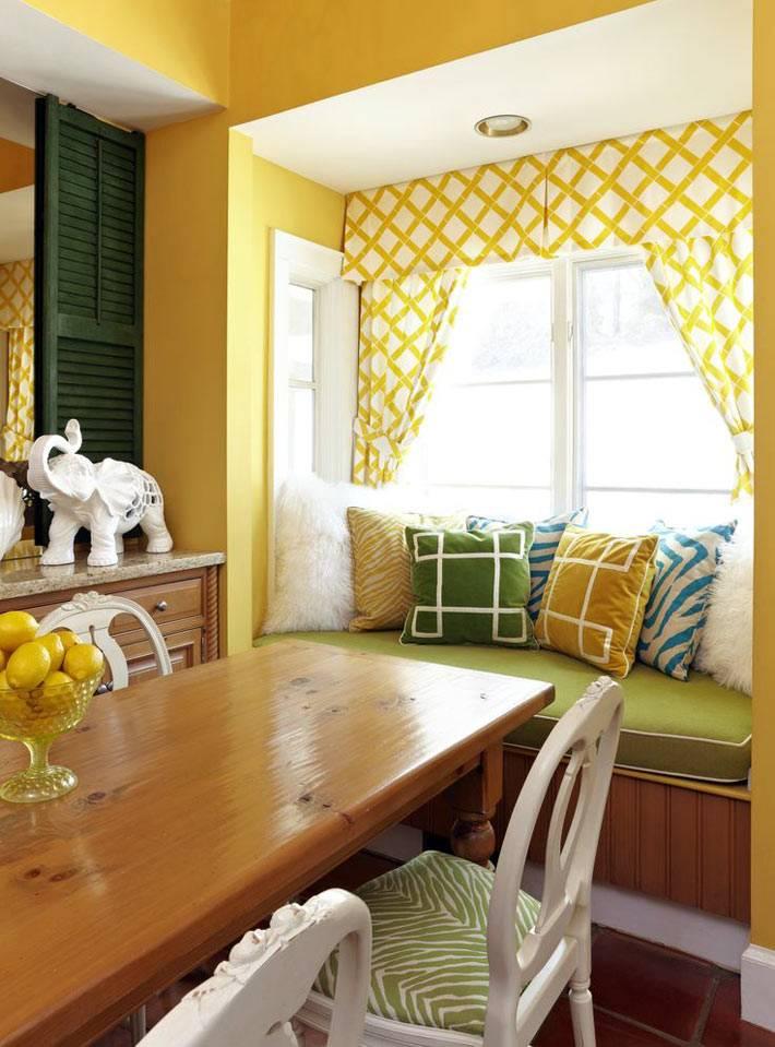 мягкий подоконник с подушками в маленькой кухне