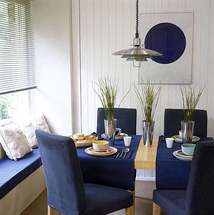 текстиль для кухни синего цвета на окне и на стульях