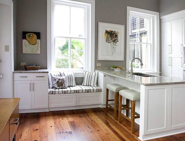 уютный подоконник с подушками в интерьере кухни