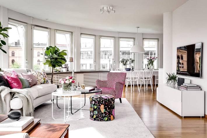 большая гостиная с диваном и обеденным столом фото