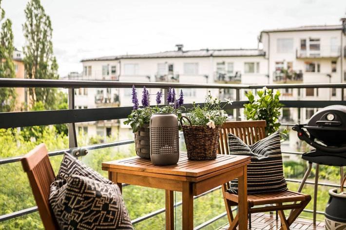 деревянный стол и стулья на открытом балконе фото