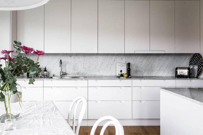 белая кухонная мебель со сплошными фасадами фото