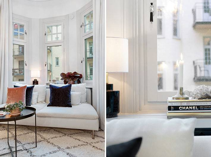 белый диван возле окна в интерьере гостиной фото