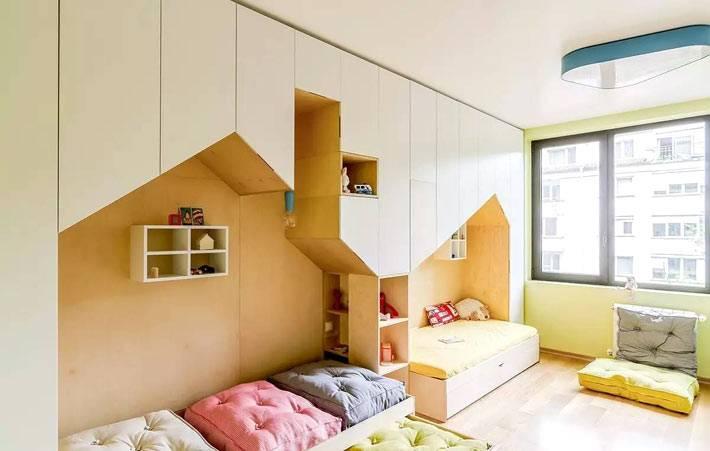 детская комната с двумя кроватями-домиками из дерева