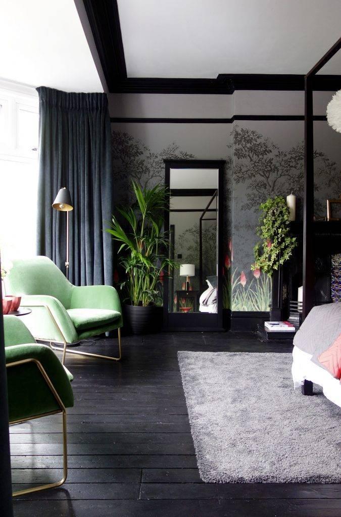 цветы и обои для спальни с темной мебелью