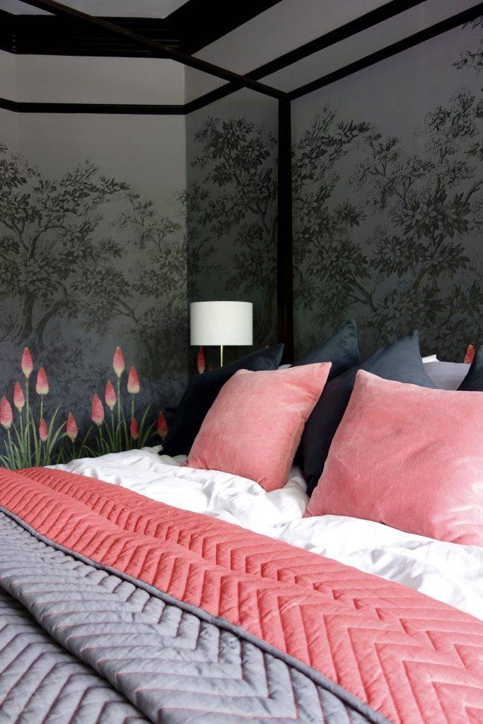 текстиль с розовым цветом для спальной кровати