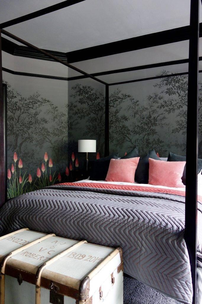 старинный сундук в современной спальне фото