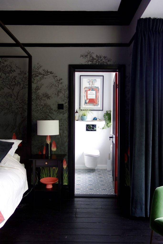 черная спальня и белый туалет с картиной фото