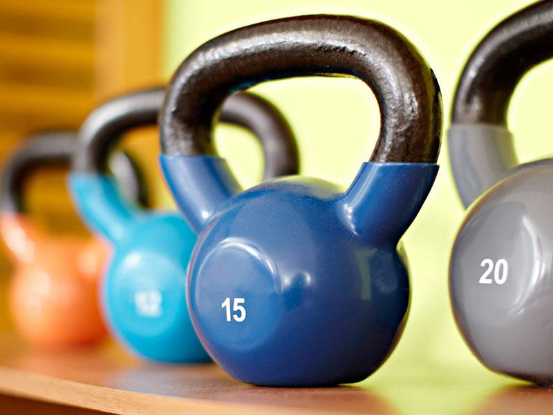домашняя комната для тренировок с различными гирями